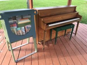 Croque-livre piano public